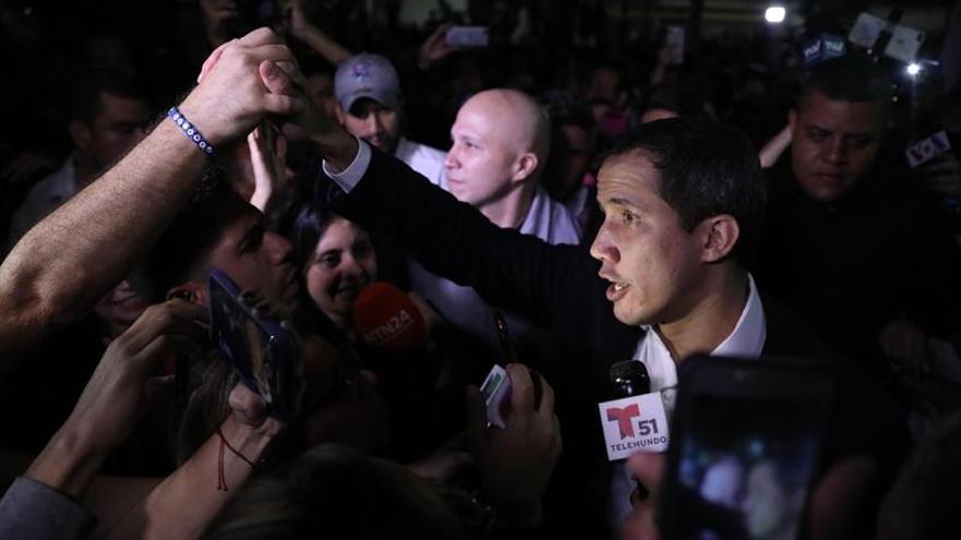 El líder opositor venezolano y presidente de la Asamblea Nacional (Parlamento), Juan Guaidó, fue registrado este martes a su llegada a la Plaza Bolívar de Chacao, en Caracas (Venezuela).