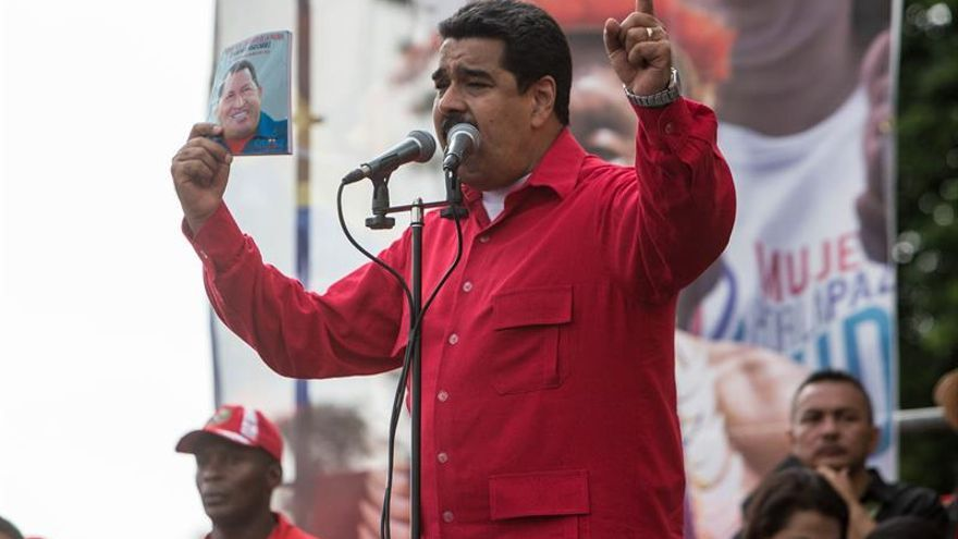 """El presidente Maduro anuncia su nuevo programa de radio """"La hora de la salsa"""""""