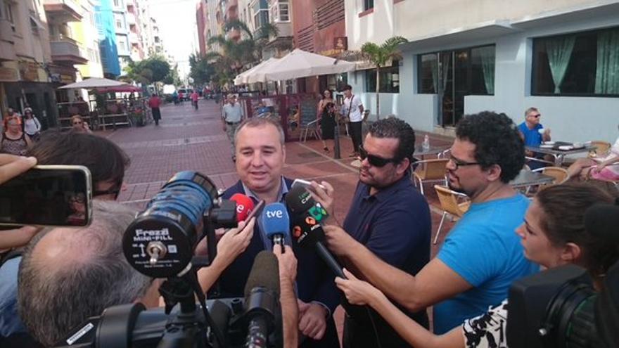 El presidente de la UD Las Palmas, Miguel ángel Ramírez, atendiendo a los medios de comunicación. (Twitter oficial UD Las Palmas).