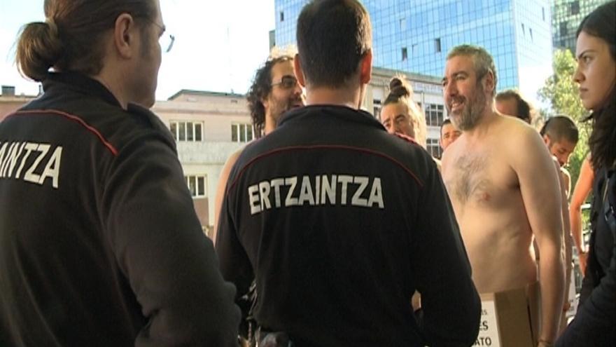 La Ertzaintza identifica a un joven por participar desnudo en una movilización en Bilbao