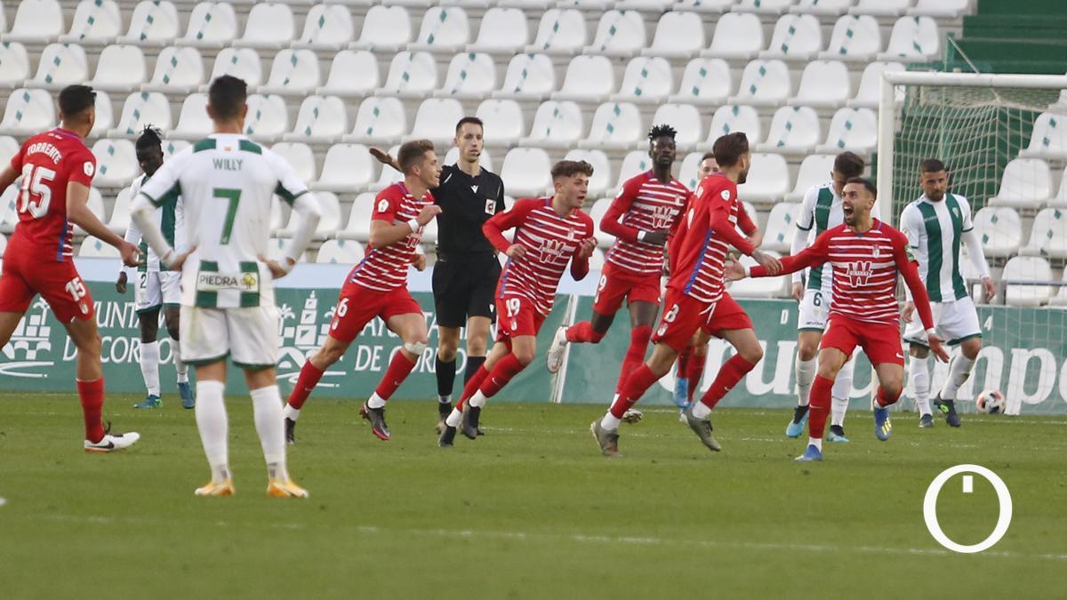 Los jugadores del Recreativo Granada celebran su gol.