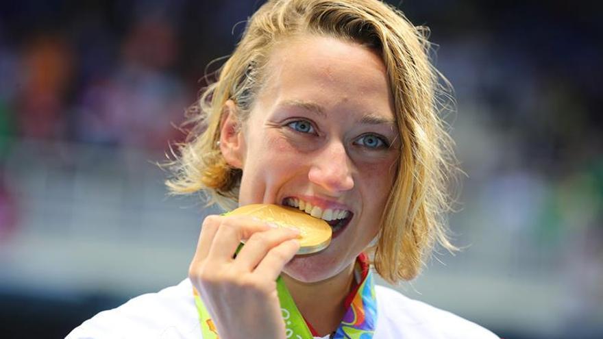 Mireia Belmonte con el oro conseguido tras vencer en los 200 mariposa.EFE/EPA/MICHAEL KAPPELER.