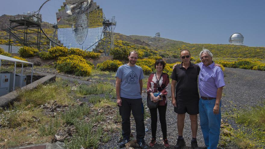 Rosa Montero junto a personal de los telescopios Magic y Juan Carlos Pérez Arencibia, administrador del Observatorio del Roque de los Muchachos. Créditos: Antonio González/IAC.