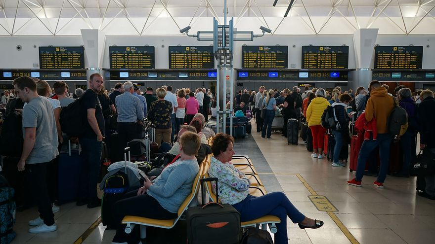Personas a la espera de embarcar en el Aeropuerto de Gran Canaria.
