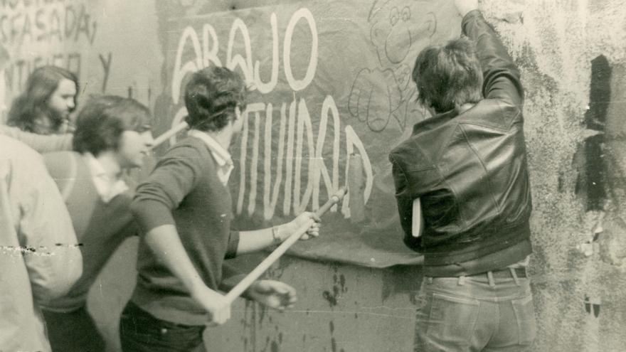 Alumnos de COU pegando un cartel contra la Selectividad en el curso 1978-79.   MARIANO CALVO