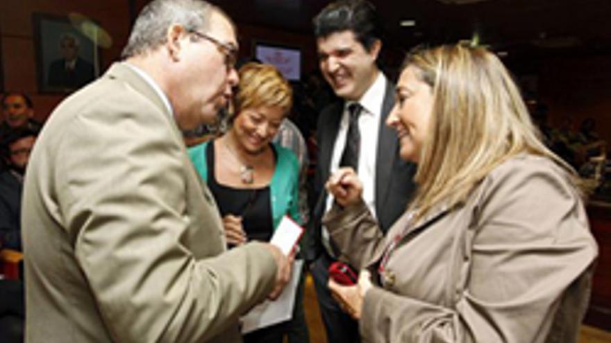 LAS PALMAS DE GRAN CANARIA, 14/05/2013.- El director general de la aerolínea marroquí Royal Air Maroc (RAM), Achraf El Hassani (2d); el director general de Casa África, Santiago Martínez (i), y la vicepresidenta de la Cámara de Comercio de Gran Canaria, María Salud Gil (2i), conversan momentos de la rueda de prensa que El Hassani ha ofrecido hoy para presentar las nuevas operaciones de la compañía en el mercado canario. RAM duplicará a partir de junio sus vuelos desde Gran Canaria a Casablanca -dos- y El-Aaiún -dos-, una estrategia que pretende unir en tres años al archipiélago con más de 58 destinos de África, Oriente Medio, Europa y América del Norte. EFE/Elvira Urquijo A.