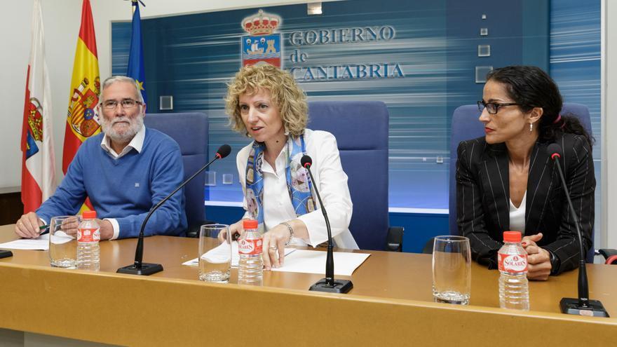 Díaz Tezanos ha comparecido en rueda de prensa junto a la responsable técnica de Proyectos de ACNUR y al consejero de Educación, Cultura y Deporte.   Raúl Lucio.