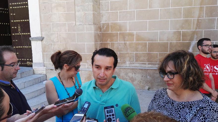 Cabezas acompañado de Patricia Serra (izquierda) y Carmen Pereira