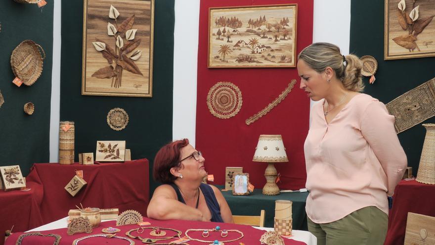 La consejera Susana Machín conversa con una artesana.