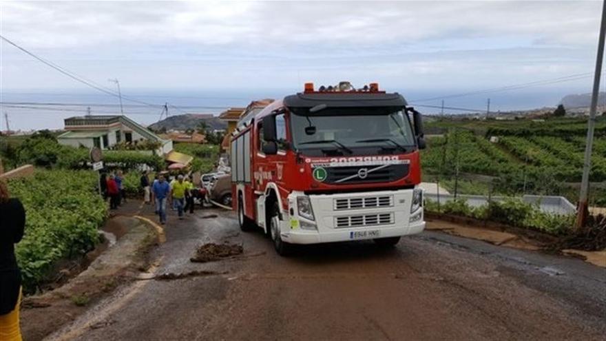 Vehículo de los Bomberos en la zona de La Orotava donde reventó un estanque de agua