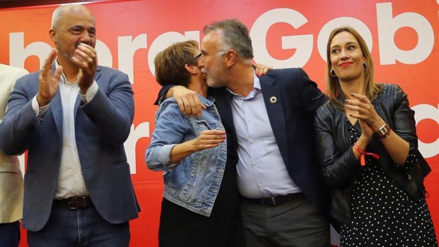El presidente del Gobierno de Canarias, Ángel Víctor Torres, celebra la victoria con la diputada electa por Las Palmas Elena Máñez.
