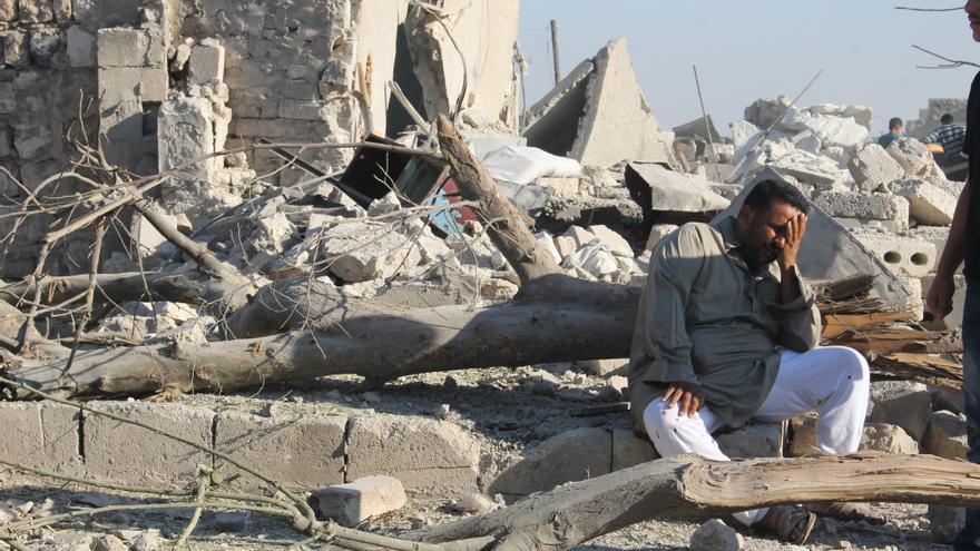 Un hombre llora entre los escombros causados por la violencia armada en Alepo, Siria. / Amnesty International (Photo: Mujahid Abu al-Joud).