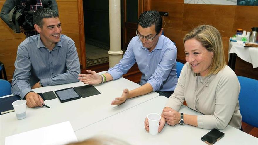 La diputada electa de Coalición Canarias Ana Oramas (d) y el candidato al Congreso por Las Palmas Pablo Rodríguez (c) durante la reunión del comité permanente del partido para analizar los resultados obtenidos en las elecciones.