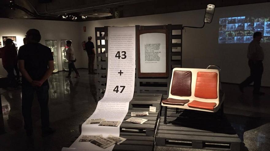 Panorámica de la exposición con un cartel que recuerda a las víctimas