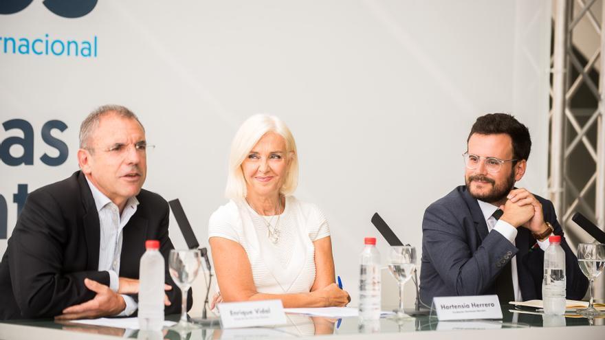 Hortensia Herrero, junto a Enrique Vidal (izquierda) y Ramón Marrades