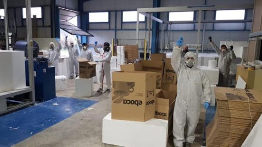 Empleados de la planta de Tecmolde fabricando mascarillas protectoras