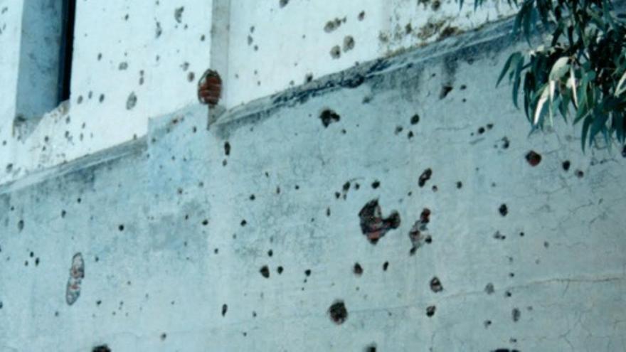 En esta pared se puede observar los restos de metralla de en Yelbes, cerca de Medellín, es un puesto de mando republicano a la otra orilla del río, donde los franquistas dispararon / Ángel Olmedo (Asociación para la Recuperación de la Memoria Histórica de Extremadura)