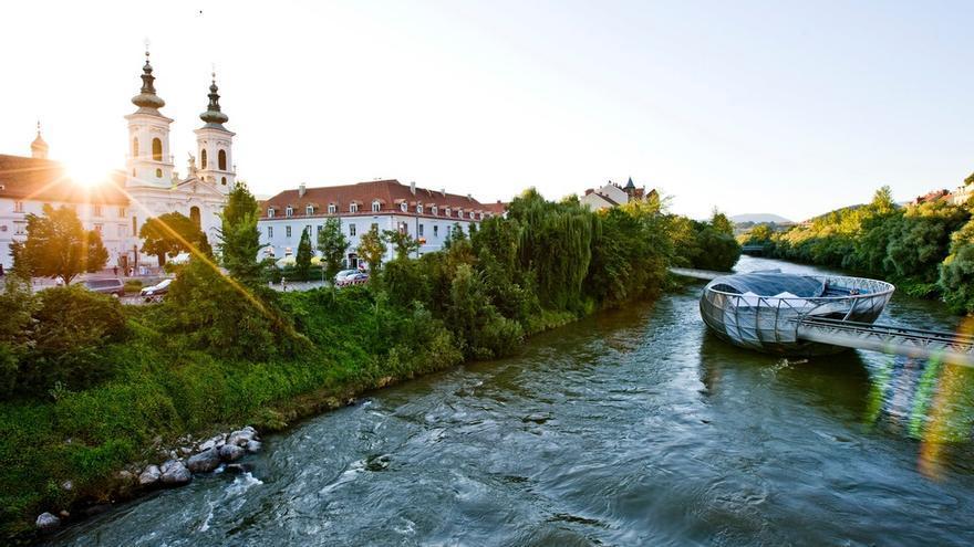 Isla flotante de Murinsel sobre el río Mür, en Graz