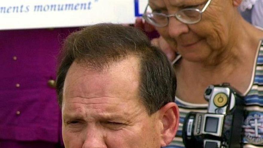 Foto de archivo del candidato republicano al Senado Roy Moore durante un encuentro con simpatizantes en la sede judicial estatal en Montgomery, Alabama (Estados Unidos) el 25 de agosto de 2003.