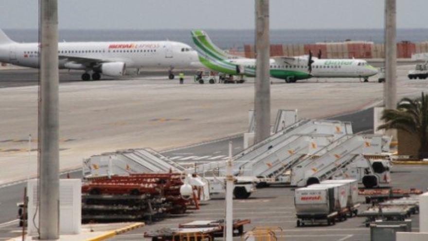 Aeronave de Iberia junto a un avión turbohélice de Binter