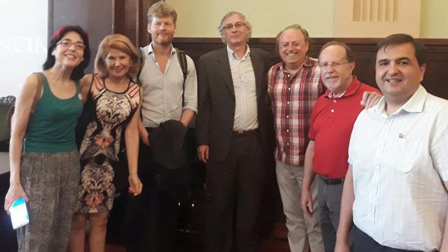 Christian Felber, tercero por la izquierda, junto a Joan Ramon Sanchis Palacio, en la presentación de la cátedra de la Economía del Bien Común.