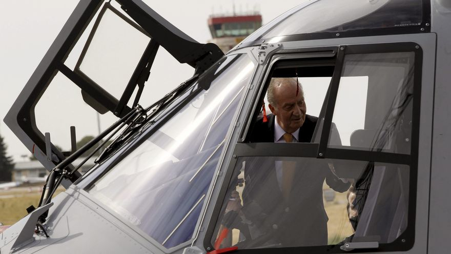 El rey pilota un NH90, el helicóptero que renovará la flota del Ejército