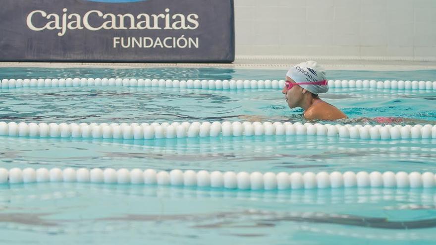 En la imagen, un alumna de los  Cursillos de Natación 2015 de la Fundación CajaCanarias desarrollados en La Palma y Tenerife.