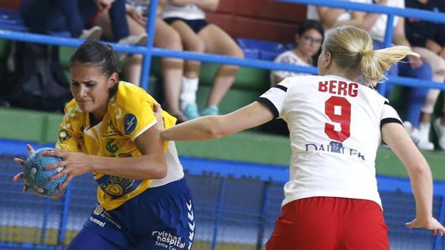 La jugadora del Rocasa Gran Canaria Almudena Rodríguez (i) y la jugadora del Hifk de Finlandia Victoria Berg (d), durante el partido de vuelta de la tercera ronda de la Copa EHF Challenge disputado en Telde (Gran Canaria). EFE/Elvira Urquijo A.