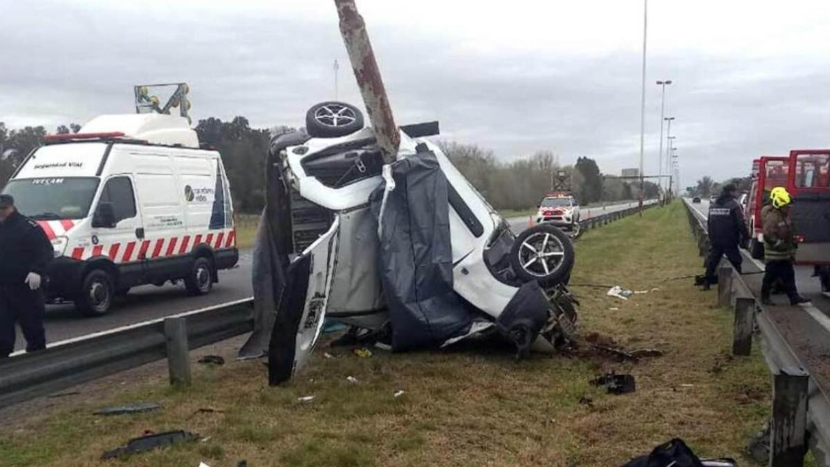 Accidente en la Autopista Ezeiza-Cañuelas: una camioneta Renault Kangoo blanca se incrustó contra una columna de alumbrado.