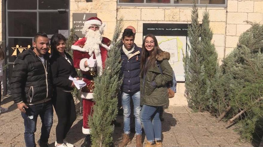 El reparto de árboles de Navidad en Jerusalén, sin colas y con cierta tensión