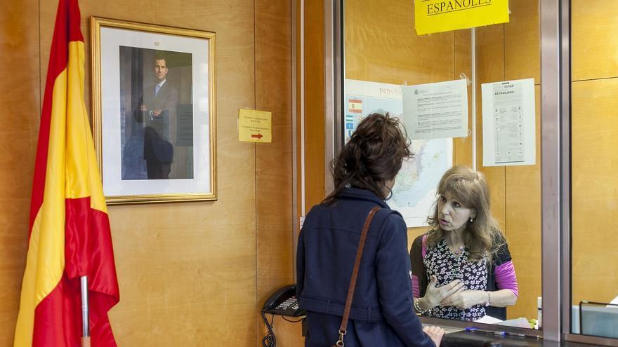 Núria en una oficina de extranjería