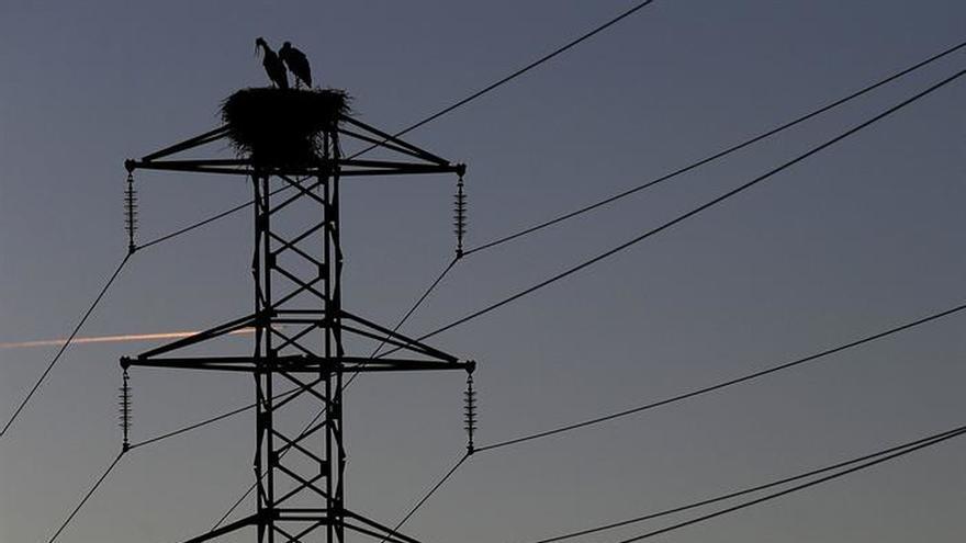 El recibo de la luz baja un 2 % en febrero y encadena su segundo descenso