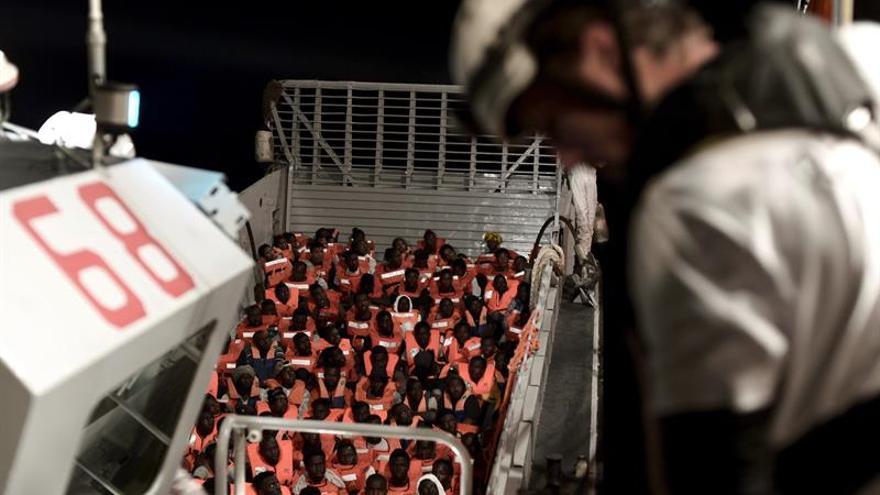 Desembarcan medicinas y comida en el buque Aquarius que viaja con 629 migrantes