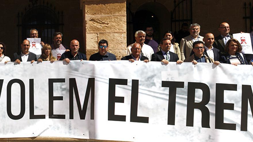 Cargos políticos, empresariales, sindicales y vecinales, esta mañana en el Ayuntamiento de Dénia.