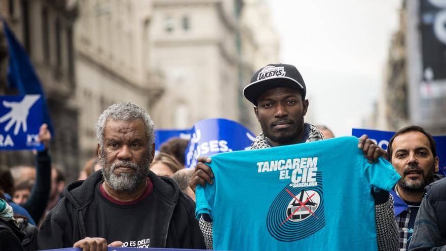 Bob Brown al lado de Aziz, uno de los portavoces del sindicato mantero