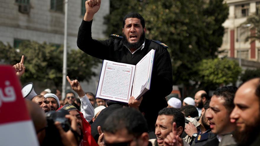 Un policía egipcio protesta frente al palacio de Abdín en el Cairo en marzo de 2013 a favor de los policías destituidos por dejarse crecer la barba.