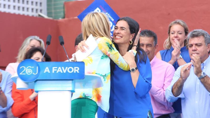 María del Carmen Hernández Bento abraza a María Australia Navarro. (ALEJANDRO RAMOS)