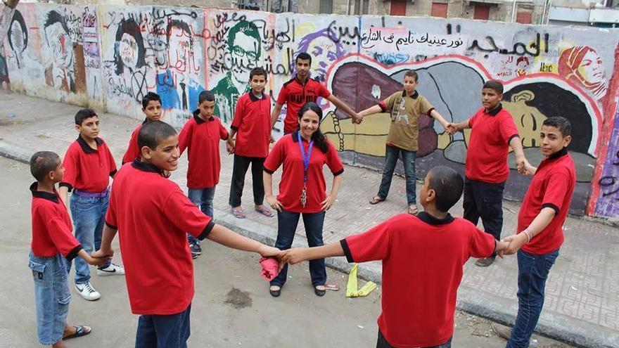 Aya Hijazi y un grupo de menores de su organización sin ánimo de lucro