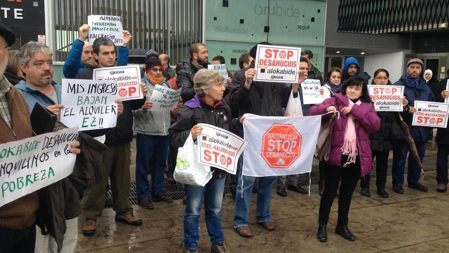 Los manifestantes frente a la sede de Alokabide.