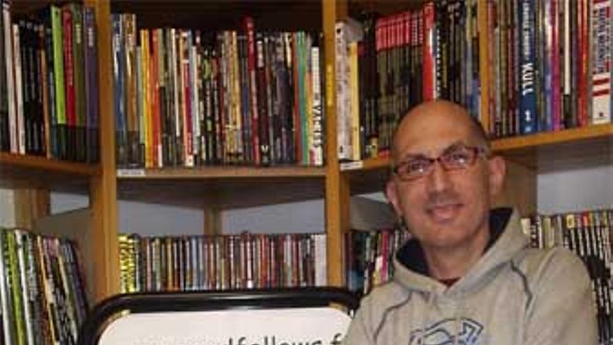 Eduardo Serradilla posa junto a sus libros publicados. (CANARIAS AHORA)