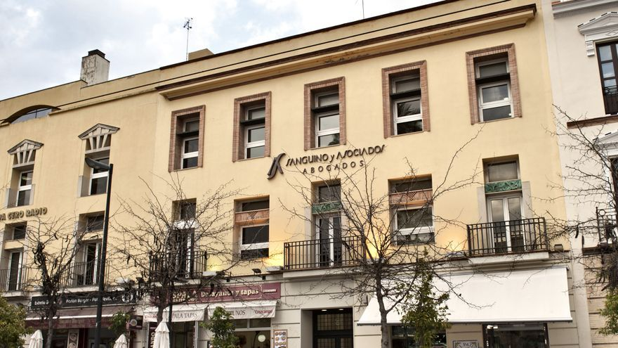 Fachada principal del bufete 'Sanguino Abogados', en la calle San Fernando de Sevilla.