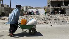 Arabia Saudí financia la ayuda humanitaria para paliar la destrucción que ella misma provoca en Yemen
