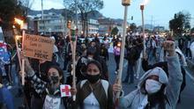 Antorchas se encienden en Bogotá en protesta por la violación de una niña indígena