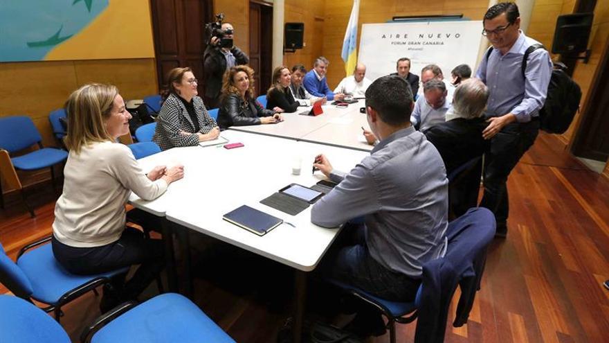 La diputada electa de Coalición Canarias Ana Oramas (i) y el candidato al Congreso por Las Palmas Pablo Rodríguez (d) durante la reunión del comité permanente del partido para analizar los resultados obtenidos en las elecciones generales