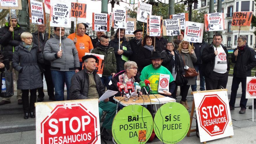 Representantes de la plataforma de Stop Desahucios en una concentración en Donostia.