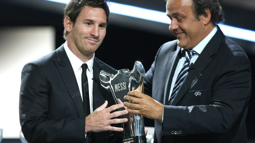 UEFA President French Michel Platini, right, gives the trophy of Best Player in Europe to FC Barcelona's Argentinean forward Lionel Messi, during the UEFA Champions League draw, at the Grimaldi Forum, in Monaco, Thursday Aug. 25, 2011.