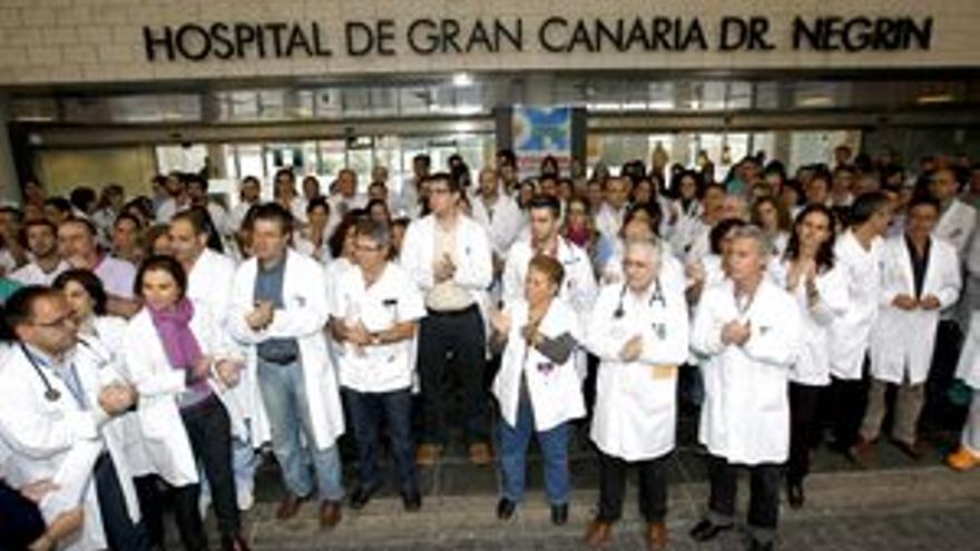 Protesta a las puertas del Hospital Doctor Negrín. (ACFI PRESS)