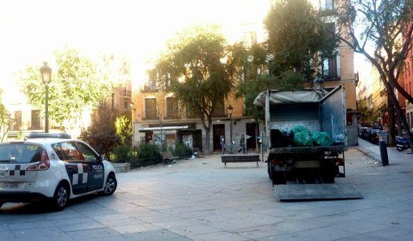 La policía protegía a los barrenderos que limpiaban hoy la plaza del Dos de Mayo