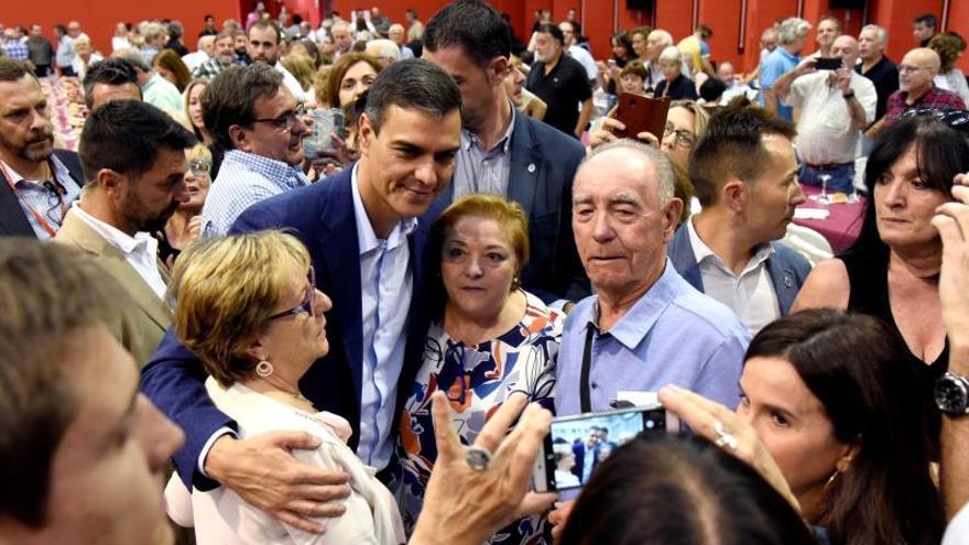 El secretario general del PSOE y presidente del Gobierno en funciones, Pedro Sánchez (c-i), en una comida mitin celebrada en Huesca ante los principales responsables del partido.