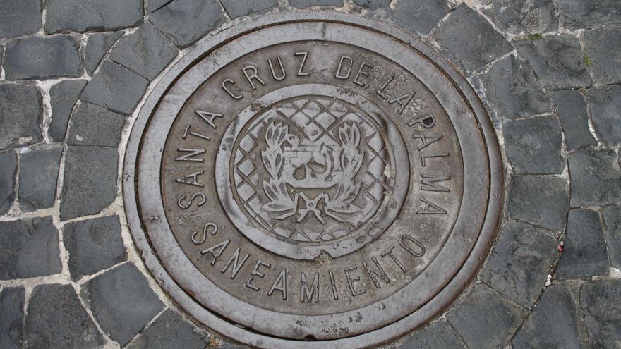 Una tapa del alcantarillado de Santa Cruz de La Palma.